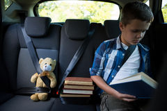 Libro de lectura del adolescente en el coche Imágenes de archivo libres de regalías