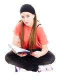 Libro de lectura del estudiante del adolescente sobre blanco Imagen de archivo libre de regalías