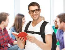 Libro de lectura del estudiante en la escuela Imágenes de archivo libres de regalías
