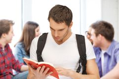 Libro de lectura del estudiante en la escuela Fotografía de archivo libre de regalías
