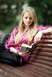 Libro de lectura del estudiante en parque del verano. foto de archivo libre de regalías