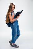 Libro de lectura del estudiante femenino Imagen de archivo libre de regalías