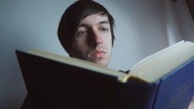Libro de lectura del hombre en el país almacen de metraje de vídeo
