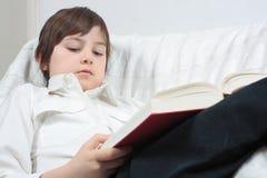 Libro de lectura del hombre joven Imagen de archivo libre de regalías