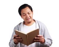 Libro de lectura del hombre joven, expresión sonriente del conocimiento imagenes de archivo