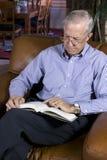 Libro de lectura del hombre mayor Foto de archivo libre de regalías