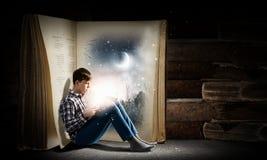 Libro de lectura del individuo Fotos de archivo libres de regalías