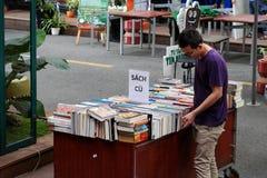 Libro de lectura del lector en la librería imagen de archivo libre de regalías