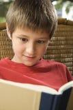 Libro de lectura del muchacho. Foto de archivo libre de regalías