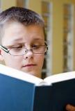Libro de lectura del muchacho Imagen de archivo libre de regalías