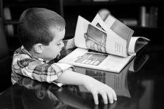Libro de lectura del muchacho Fotos de archivo