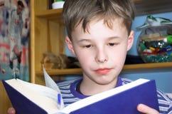 Libro de lectura del muchacho Fotos de archivo libres de regalías