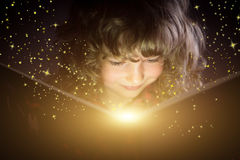 Libro de lectura del niño Imágenes de archivo libres de regalías