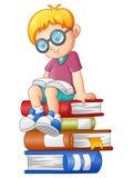 Libro de lectura del niño pequeño en la pila de libro stock de ilustración