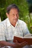 Libro de lectura del viejo hombre Foto de archivo