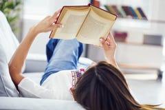 Libro de lectura en hogar fotografía de archivo libre de regalías