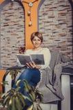 Libro de lectura envejecido medio de la mujer y vino reflexionado sobre de consumición foto de archivo libre de regalías