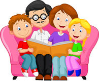 Libro de lectura feliz de la familia Foto de archivo libre de regalías