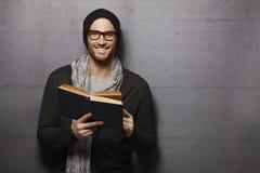 Libro de lectura feliz del hombre imágenes de archivo libres de regalías
