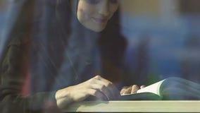 Libro de lectura feliz de Muslimah, educación accesible para las mujeres islámicas, la derecha igual almacen de metraje de vídeo