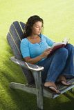 Libro de lectura femenino. Fotografía de archivo libre de regalías