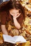 Libro de lectura femenino joven Imagenes de archivo