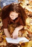 Libro de lectura femenino joven Imagen de archivo libre de regalías