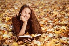 Libro de lectura femenino joven Fotos de archivo libres de regalías