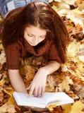 Libro de lectura femenino joven Foto de archivo