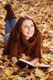 Libro de lectura femenino joven Fotografía de archivo