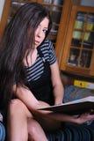 Libro de lectura griego de la mujer Foto de archivo