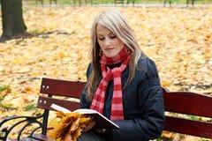 Libro de lectura hermoso de la muchacha Imágenes de archivo libres de regalías