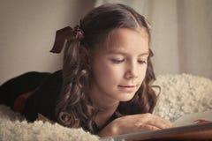 Libro de lectura hermoso de la muchacha Imagen de archivo