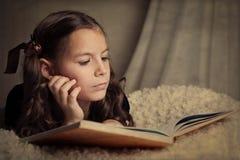 Libro de lectura hermoso de la muchacha Imagenes de archivo