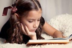 Libro de lectura hermoso de la muchacha Fotos de archivo libres de regalías