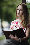 Libro de lectura hermoso de la muchacha Fotografía de archivo
