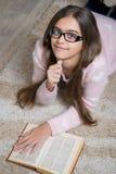 Libro de lectura hermoso de la muchacha Foto de archivo libre de regalías