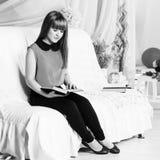 Libro de lectura hermoso de la niña Fotos de archivo libres de regalías