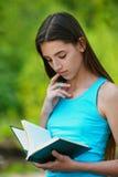Libro de lectura hermoso del adolescente Fotografía de archivo libre de regalías