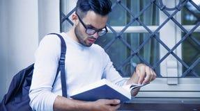 Libro de lectura hermoso del hombre en la vieja educaci?n de la ciudad de Europa, entrenamiento, desarrollo, concepto del conocim fotografía de archivo libre de regalías
