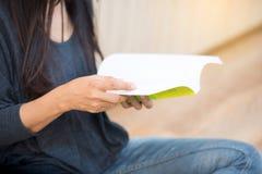 Libro de lectura hermoso joven de la mujer Imagen de archivo libre de regalías