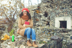 Libro de lectura hermoso de la mujer joven en un parque y disfrutar del tiempo soleado Concepto de la forma de vida y del otoño Imágenes de archivo libres de regalías