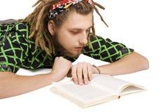 Libro de lectura joven del hombre del dreadlock aislado imágenes de archivo libres de regalías