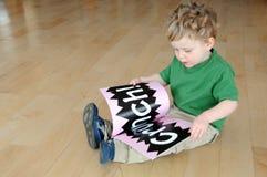 Libro de lectura joven del muchacho Fotos de archivo libres de regalías