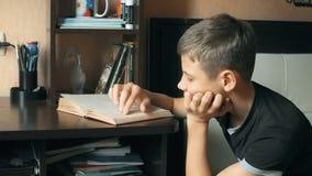 Libro de lectura joven del muchacho Libro de lectura del niño Cabrito que hace la preparación almacen de video