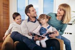 Libro de lectura de la familia en el país fotografía de archivo libre de regalías