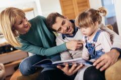 Libro de lectura de la familia en el país foto de archivo