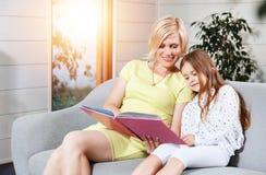 Libro de lectura de la madre y de la hija imagenes de archivo