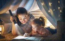 Libro de lectura de la mamá y del niño imagen de archivo libre de regalías