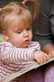 Libro de lectura lindo de la muchacha Imagen de archivo libre de regalías